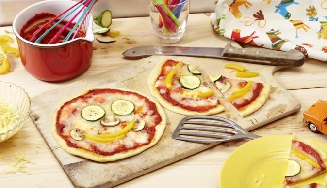 Unsere Smiley-Pizza zaubert mit Paprika und Zucchini ein Lächeln auf jedes Kindergesicht