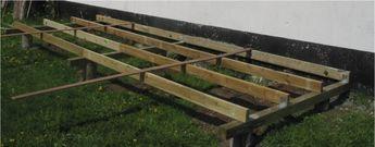 Bygning af træterrasse. Her 3 stk understrøer og 4 strøer. Der kan anvendes trykimprægneret træ til strøer