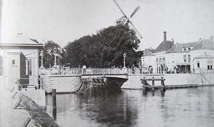 Rotterdamse brug, Delft Dit is een verdwenen brug en is niet aangegeven op de overzichtskaart. Deze brug bevond zich ca. 100 meter ten westen van nr 6, Hambrug. De Rotterdamse Poortbrug verbond de Zuidwal/Oude Delft met de Scheepmakerij/Hertog Govertkade op de locatie van de in de 19e eeuw gesloopte Rotterdamse Poort. Deze brug werd in 1978 gesloopt zodat de scheepvaart beter de bocht in de Kolk kon maken.