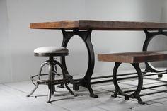 Gediget och mycket vackert matbord med bordsskiva av återvunnet trä och med metallunderrede av återvunnet gjutjärn. Underredet är placerat 25 cm från kortsidan vilket gör att man kan sitta behändigt på kortsidan. Bredden på underredet är 70 cm och avståndet mellan de två pinnarna som går mellan benen och som man kan vila fötterna på är 34 cm. Finns i följande mått: Bredd/Höjd/Djup: 180/75/90 cm - 7450 kr Bredd/Höjd/Djup: 200/75/90 cm - 7900 kr Bredd/Höjd/Djup: 220/75/100 cm - 8300 kr B...