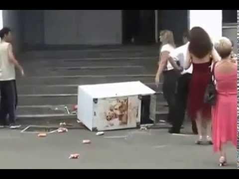 Przeprowadzka i fachowa ekipa która żadnej pracy się nie boi. http://www.smiesznefilmy.net/ekipa-od-przeprowadzek #work #men #joke #russia