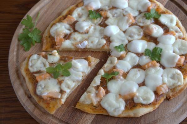 Пицца с лососем и мятой