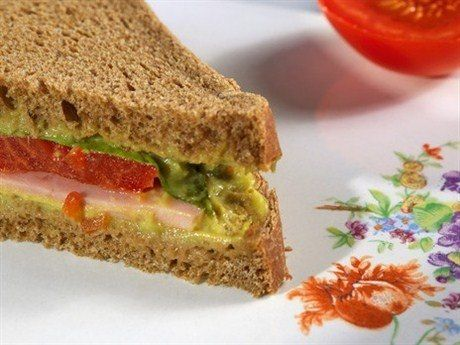 Сэндвичи с гуакамоле, копченым мясом и каперсами http://eda.ru/snack/recipe29864/sjendvichi-s-guakamole-kopchenim-mjasom-kapersami
