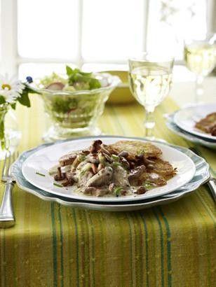 Das Rezept für Schweinefilet-Geschnetzeltes mit Pfifferlingen zu Rösti und weitere kostenlose Rezepte auf LECKER.de