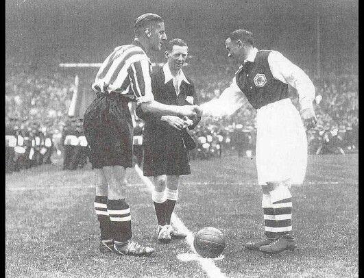 Sheffield United Harry Hooper grüßt Alex James von Arsenal vor der 1936 FA-Cup-Finale