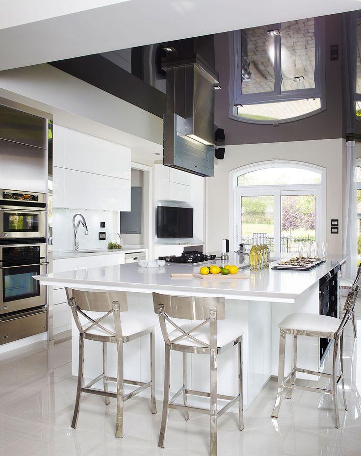 Voici une cuisine moderne aussi majestueuse que for Recouvrir armoire cuisine