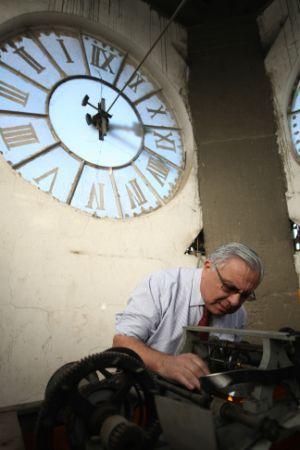 Los relojes que aún marcan el paso de los capitalinos | Santiago | La Tercera Edición Impresa