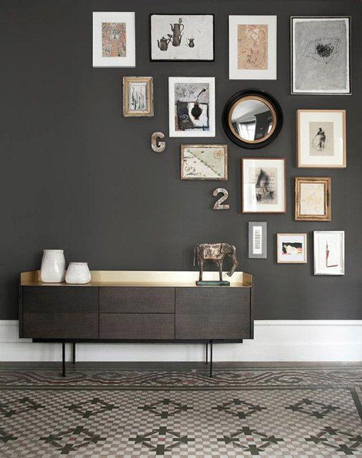 Des cadres disposés autour d'un miroir, et sur une portion de mur seulement, l'idée est à retenir aussi pour mettre des photographies en valeur. #decoration