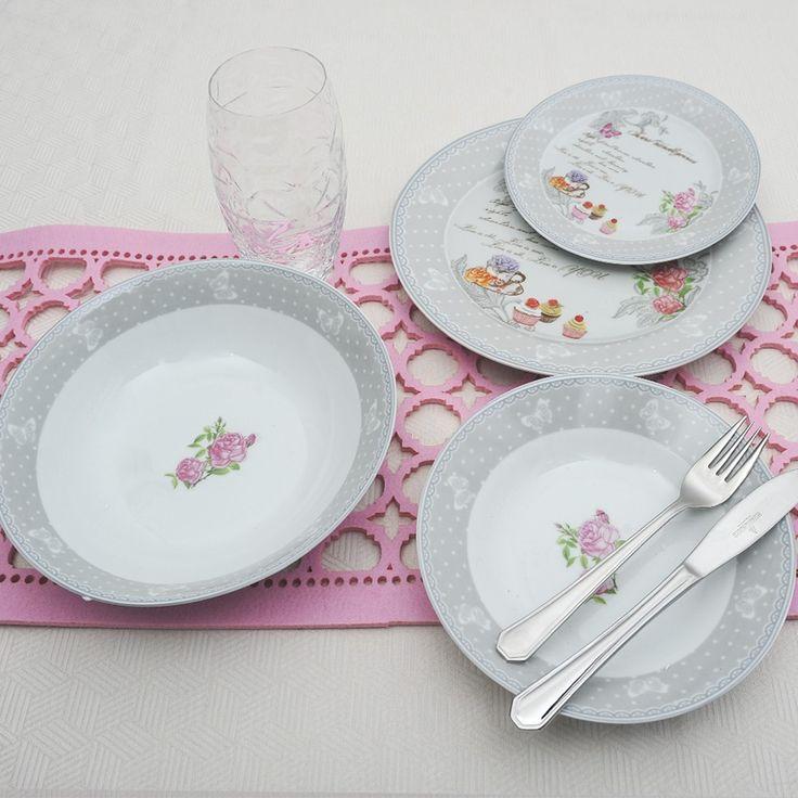 Ένα ρομαντικό πιάτο από φίνα ευρωπαϊκή πορσελάνη, με σχέδια γκρι τριαντάφυλλα και ποτήρια διάφανα Prezioso. Το σετ αποτελείται από: 6 πιάτα ρηχά, 6 βθιά, 6 φρούτου, 1 σαλατιέρα ,1 πιατέλα. και 6 ποτήρια νερού Prezioso διάφανα του οίκου Luigi Bormioli Όλα κατάλληλα για το πλυντήριο πιάτων και τον φούρνο μικροκυμάτων.