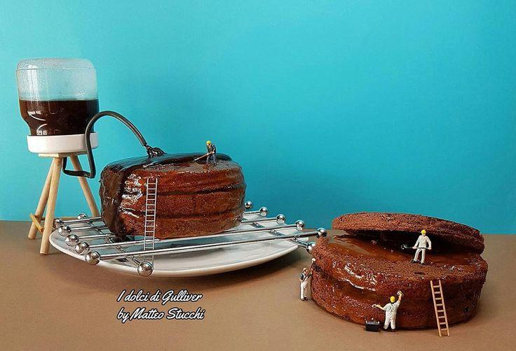 L'assemblaggio di una torta richiede precisione ma soprattutto dei buoni muratori, sapete dirmi di che torta si tratta? Assembling a cake requires precision but above all good masons, can you tell me what cake is it?
