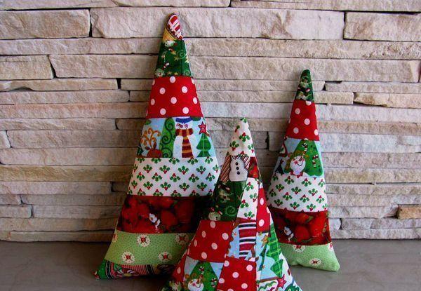 Na dúvida entre qual artesanato de Natal 2015 vai atualizar a decoração de sua casa? Que tal investir em peças sustentáveis? Você pode aproveitar muitos materiais que já tem em casa para desenvolver os seus artesanatos. Opções de Artesanatos de Natal 2015 Para fazer este artesanato de Natal você irá precisar de: Retalhos de tecidos …