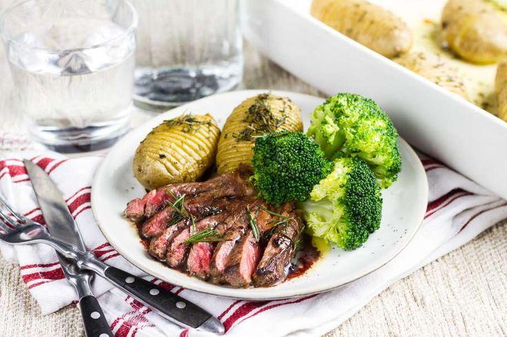 Recept voor t-bone steak voor 4 personen. Met zout, boter, olijfolie, peper, T-bone steak, rode wijn, aardappelen vastkokend, rozemarijn, knoflook, sjalot, runderbouillon en broccoli