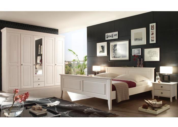 Simple Komplett Schlafzimmer aus massiver Pinie in Weiss lasiert Mit einem Bett in t rigem Kleiderschrank mit Spiegel und Nachtkommoden im Landhausstil