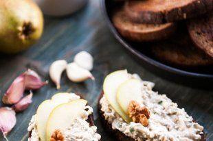 Nivová pomazánka s hruškou a ořechy