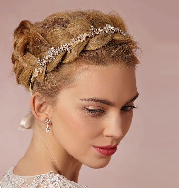 A+fejre+tekert+fonás+idén+is+divat+lesz,+nagyon+nőies,+egy+szép+hajpánttal+pedig+tökéletes+esküvői+frizura.