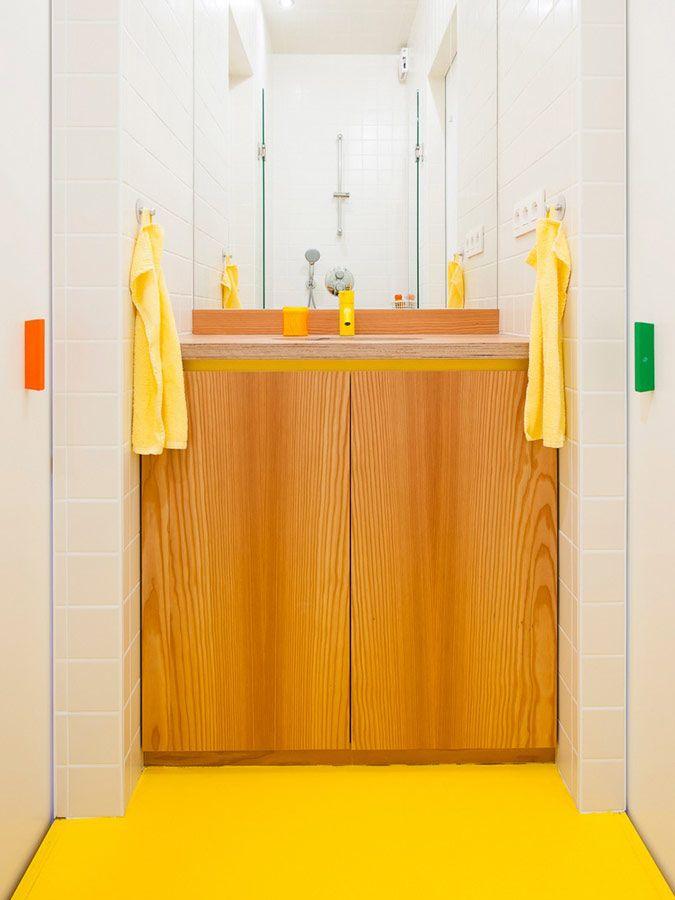 Kleine badkamer met witte tegels en gele vloer   badkamers kind ...