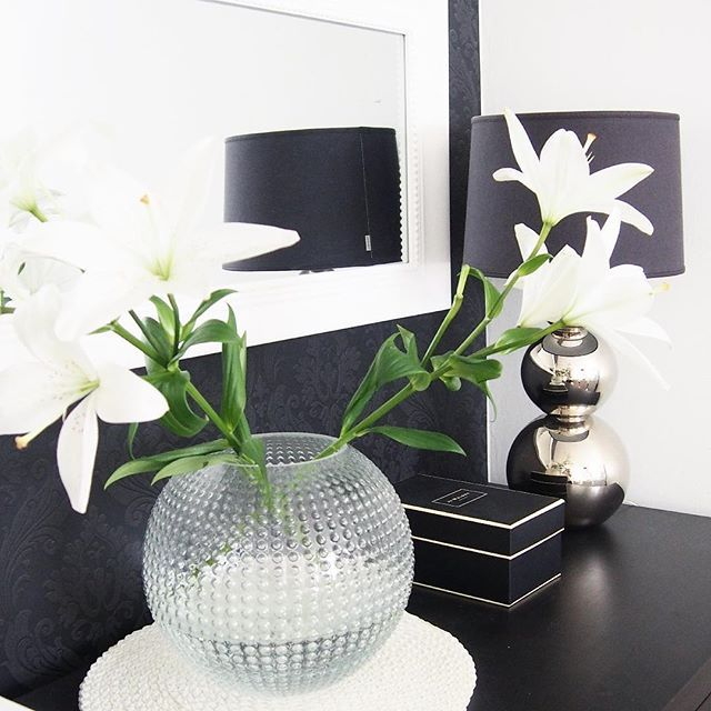 Godmorning! I love my new vase from #eightmood #homedetails #joemalone #blackwallpaper #pentik #vardagslyxivitt #lilies #rivieramaison #homedecor ##interior4you #interiordesign #inredning #instahome