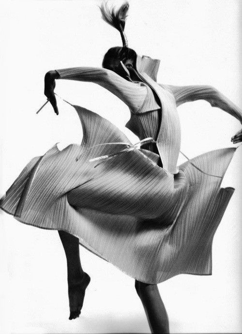 Né en 1938 à Hiroshima, et ayant grandi au Japon dans le contexte de l'après-guerre, Issey Miyake est l'un des premiers stylistes japonais à organiser un défilé en Europe en 1973. Admirateur des photographes tels que Irving Penn (Penn Sensu), Richard...