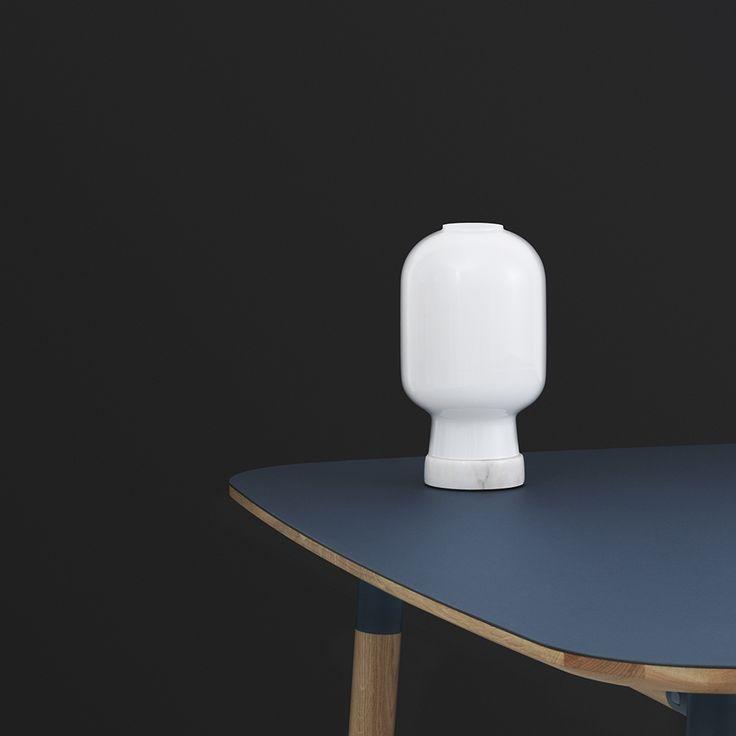 Lampa stołowa Normann Copenhagen Amp w kolorze białym