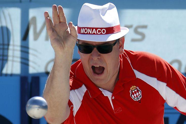 Sí, es el. Aunque apenas reconocible tras las gafas de sol, el hombre de la fotografía es el príncipe soberano de Mónaco, Alberto II. Este jueves ha participado en la final del Masters de petanca de Mónaco.