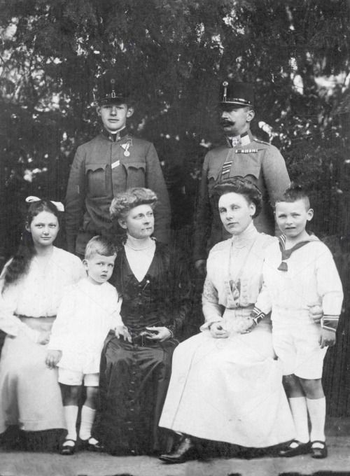 Members of the princely house of Schaumburg-Lippe, 1916.  Front row from left: Princess Stephanie of Schaumburg-Lippe, Prince Wilhelm of Schaumburg-Lippe, Hereditary Princess Leopold of Anhalt, Prince Friedrich of Schaumburg-Lippe.