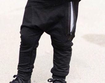 Nuestros corredores son perfectos para tu bebé de hipster o niño hipster que destacan!  * Jogging y cremallera suave y cómodo raya gota impresión entrepierna * Bolsillo con cremallera negro en la parte delantera * Negro bolsillo vertical en la parte posterior (lado derecho) * Tamaño es comparable a nuestros corredores regulares     Ropa de niño bebé hipster / moda polainas de niño Chico / moda traje de niño del bebé / ropa de niño niño Hipster / polainas de cremallera niño