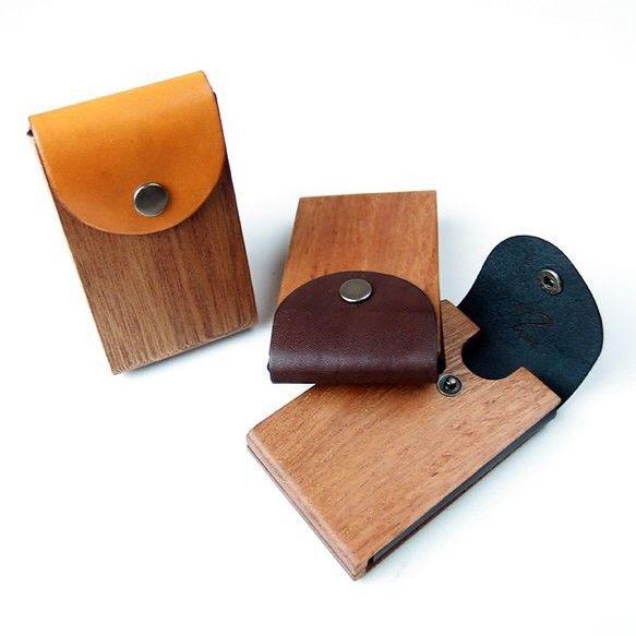 【商品説明】 シンプルなデザインの名刺入れですが、使い勝手は◎ヌメ革・木、共に経年変化でとても味のあるご愛玩品となる事は必至!こだわり抜いた作品を本質の違いのわかる方に、日常に自然を感じながらスタイリッシュに演出できるアイテムを是非、ご検討ください。【商品詳細】 製品名:card case 02木と革の名刺入れ素 材:木部位 /アフリカンマホガニー     :革部位 /ヌメ革     :貴金属 /----------------    :金具   /バネホック:アンティーク内容量:名刺22枚 or カード10枚 外寸:65.5mm × 100mm × 16.4mm内寸:60mm × 89mm × 11.5mm ※寸法誤差±0.5mm 重 量:28.2g前後  革色:ブラック/ダークブラウン/キャメル金具:バネホック/アンティーク●選択必須項目■革色 : ヌメ革 黒 / 焦げ茶 / キャメル※ご注文の際に、【備考】へご記載ください。※ご指定が無い場合には、【 革:こげ茶 縫い紐:黒 】で製作致...