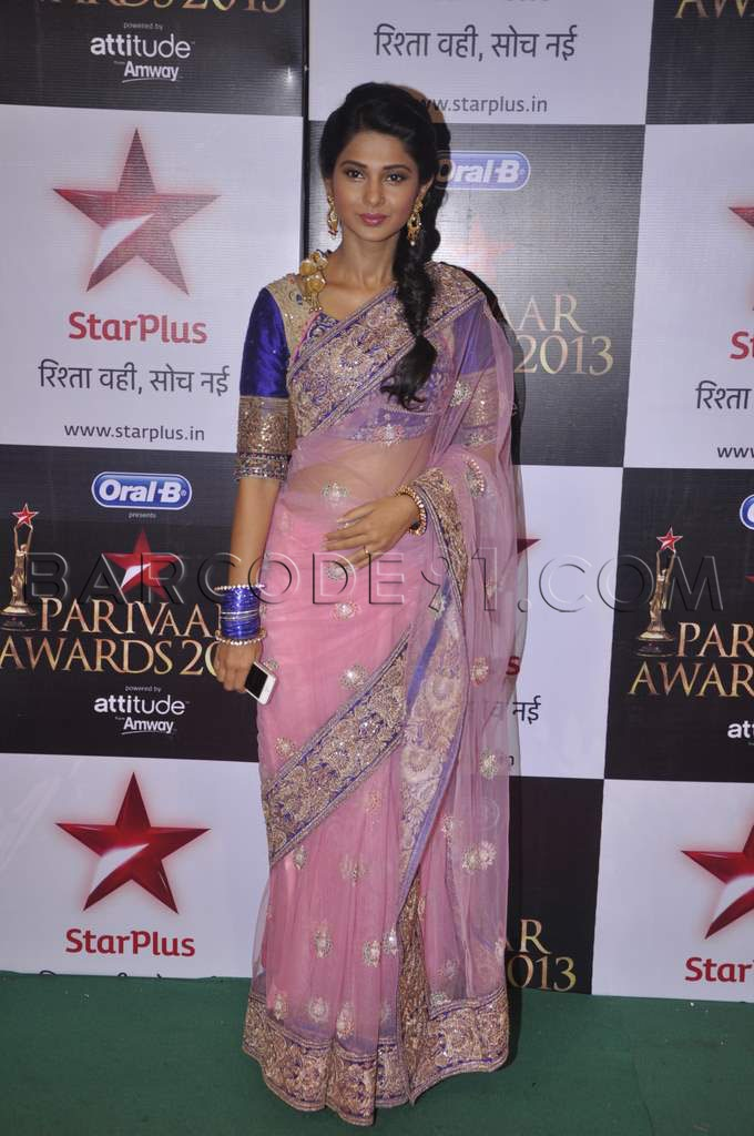 Jennifer Winget in baby pink net saree at the Star Parivaar Awards 2013.