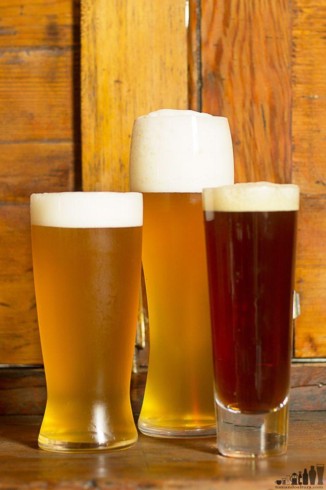 cervezas alemanas: Kellerbier (izq.), hefeweizen (cent.) y rauchbier (der.).