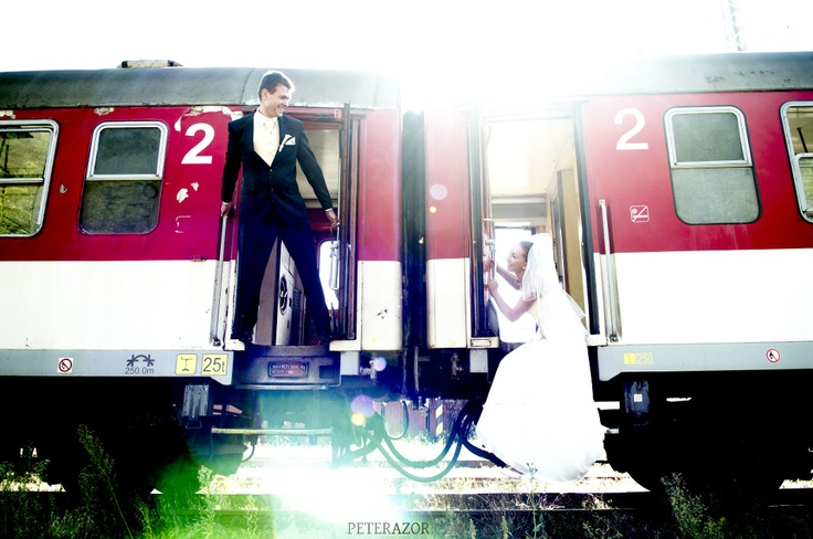 Cestovatelia.  (Roland a Ivana, Železničná stanica Ružomberok)