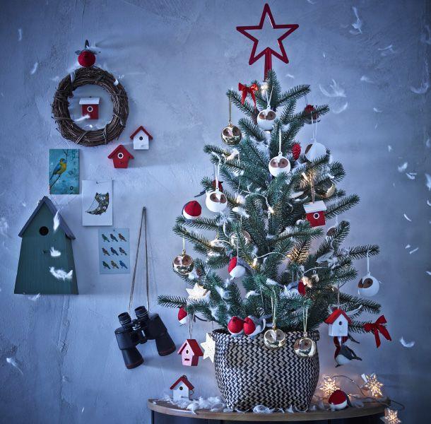 ein mittelgro er weihnachtsbaum der mit weihnachtsschmuck. Black Bedroom Furniture Sets. Home Design Ideas