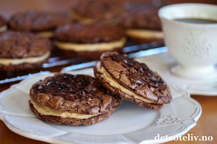 Er du lei av tørre kjeks og småkaker? Da er dette oppskriften for deg! Disse amerikanske sjokoladecookiesene inneholder lite hvetemel og nesten uforskammet mye mørk sjokolade – det gjør dem usedvanlig myke i konsistensen og gir dem en deilig, intens sjokoladesmak. Sjokoladecookiesene er nydelige som de er, men legger du dem sammen to og to med et kremete peanøttfyll i mellom... - Ja, da blir de aldeles fantastiske!
