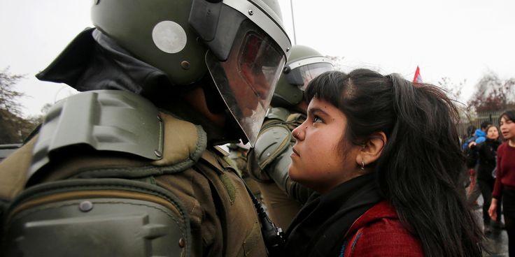 La desafiante imagen de la manifestante chilena que está dando la vuelta al…