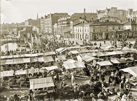 Panoraaman osanäkymä Hotelli Seurahuoneen (nyk. Kaupungintalo) parvekkelta lounais-etelään päin. Taustalla pois päin kulkeva katu on Eteläranta, jonka vasemalla puolella on (Vanha) Kauppahalli. Signe Brander 1909.