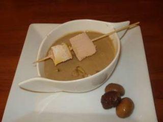 Velouté de marrons et sa brochette de foie gras