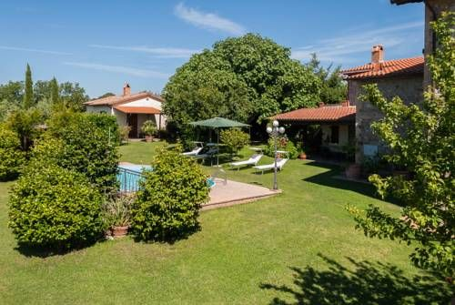 Fattoria dei Cavalieri Sovana Offering a garden and seasonal outdoor pool, Fattoria dei Cavalieri is set in Sovana, 26 km from Saturnia. Bagno Vignoni is 39 km away. Free private parking is available on site.  The accommodation is fitted with a TV.