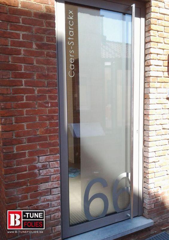 Raamfolie , lichtdoorlatende privacyfolie met huisnummer. Huisnummer is in gekleurde folie geplaatst aan de buitenzijde. Bij verhuis of andere kan men het huisnummer weghalen zonder de zandstraalfolie te beschadigen.