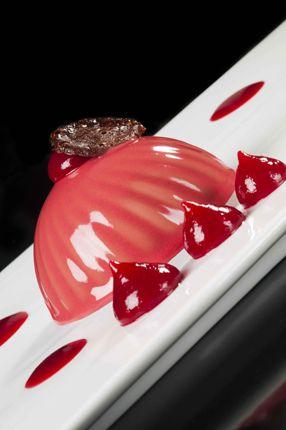 Pasta frolla viennese, namelaka al cioccolato bianco e nocciole, gelatina Linzer morbida, composta di lamponi, tegoline al cioccolato e glassa al lampone di Santin