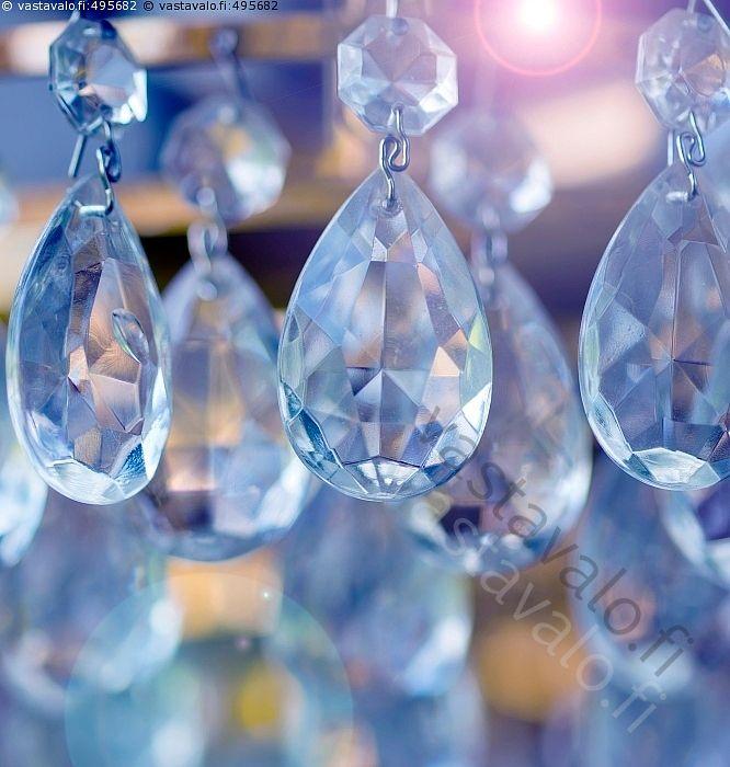 Kristallikruunu - kristalli kristallit lasi hiottu kristallihelmi kristallikruunu lamppu välkehtivä monisärmäinen lasinpala kristallilasi viistehiottu pisara kristallinen pisaran muoto tyyli tyylikäs kattokruunu kristalli hiottu kirkas kristallinkirkas särmä koriste koristeellinen riippua roikkua valo pinta kuvio lampunvarjostin