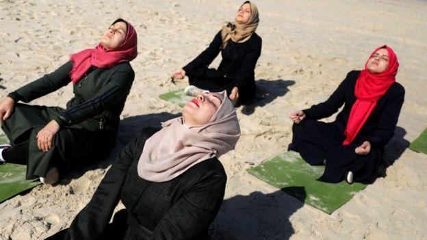 يوم يوغا للنساء في الهواء الطلق يثير ضجة في غزة Bbc News عربي Couple Photos Scenes Photo