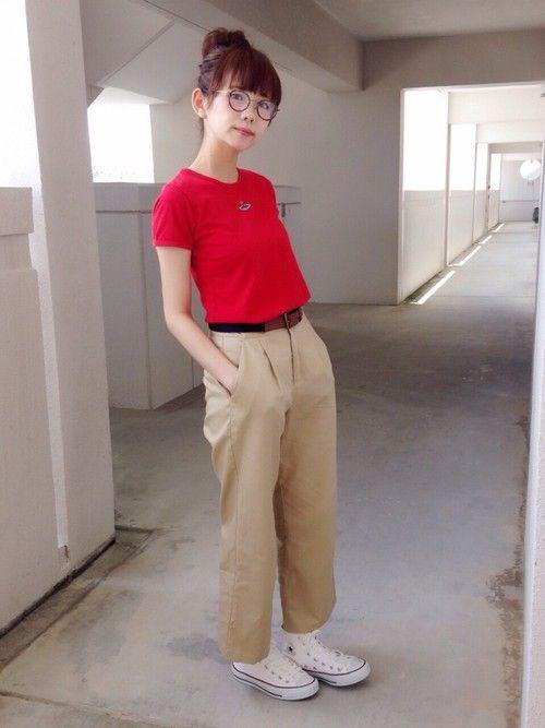 赤Tシャツ、ベージュのチノパン、白のコンバース、な気分でした👟👟 白のコンバースがマイブームで、