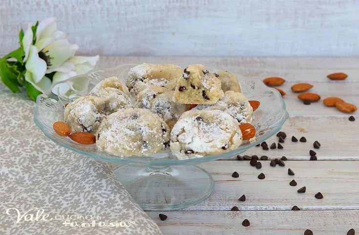 BISCOTTI CON MANDORLE E CIOCCOLATO dolcetti morbidi e veloci , ricetta per biscotti facilissimi e profumati, ricetta dolce facile