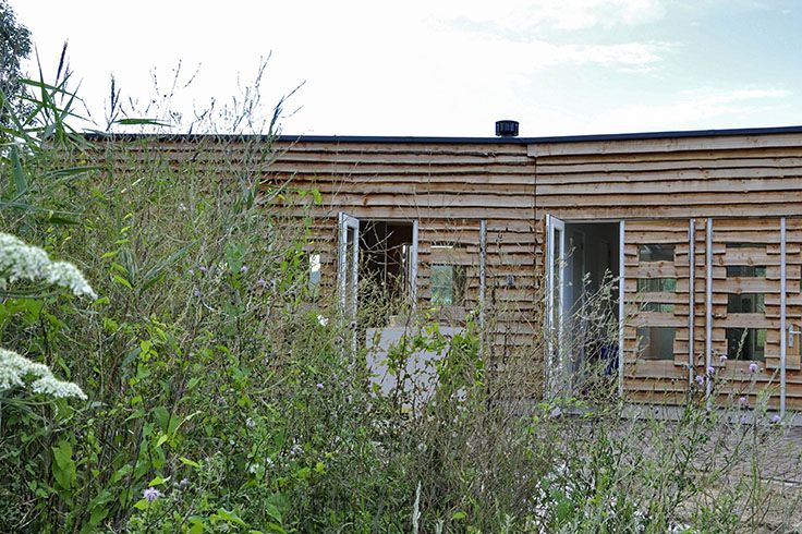 Een groen gebouw in een groene omgeving