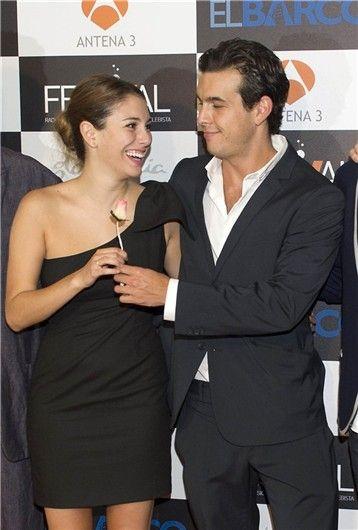 Mario Casas y Blanca Suárez, muy cariñosos en la premiere de 'El Barco' en Vitoria