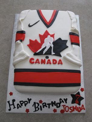 *this* is a nice way to do a jersey ... with fondant sleeves. Hate the way the sleeves are usually cut off. #cake #sports #jersey