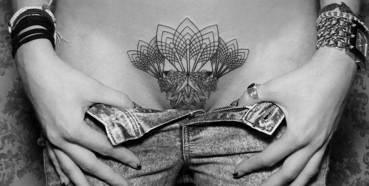 A tatuagem simétrica em branco e preto de Chaim Machlev