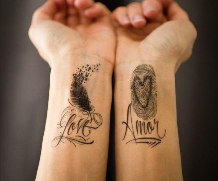 zwei Tattoos Handgelenke origineller Look Schriftart mit vielen Ornamenten