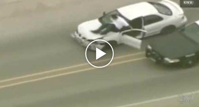 Perseguição Policial Transforma-se Numa Comédia Quando Suspeito Sai Do Carro Em Andamento