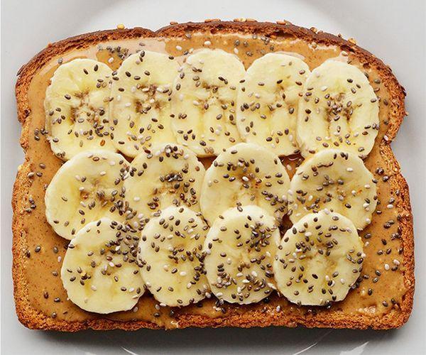 Toast + unt de arahide + seminte chia + felii de banane