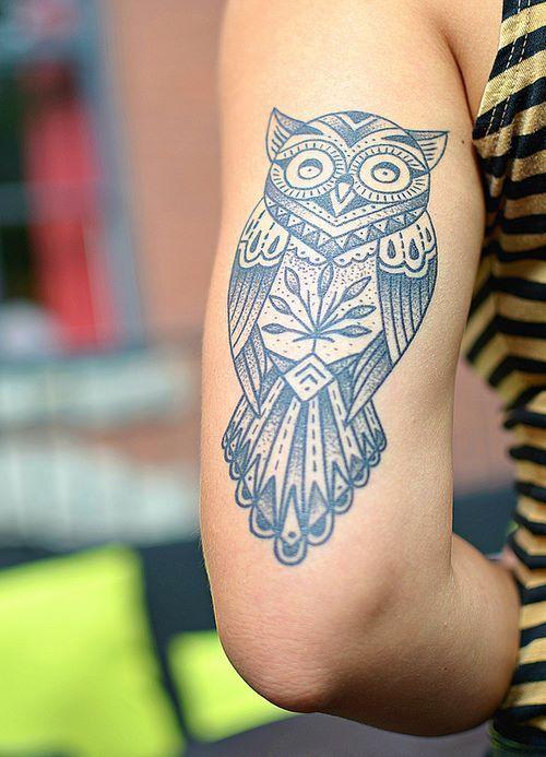 Très jolie chouette tatouée sur l'arrière du bras #tatouage #bras #chouette #animal #tatoo #arm #owl